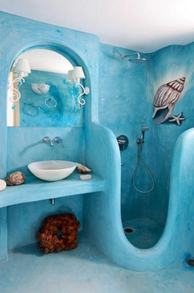 モロッコの漆喰 タデラクトで仕上げた丸みのある水色アクアブルーのシャワーブース バスルーム