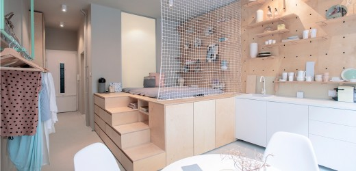 壁の合板に孔を開けて有孔ボードの壁面収納にしてあるダイニング・キッチンの脇のスキップフロアの小上がり的なベッドスペース 下は収納