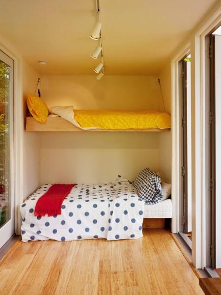 10.7畳のスペースに2つのダブルベッドとリビング、キッチン、バスルームのあるコンテナハウス 上部も下部もダブルベッドに