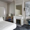 白基調の可愛らしいベッドルーム