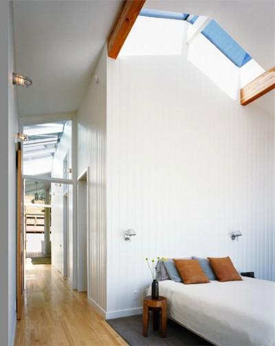 天窓付きの開放的なベッドルーム