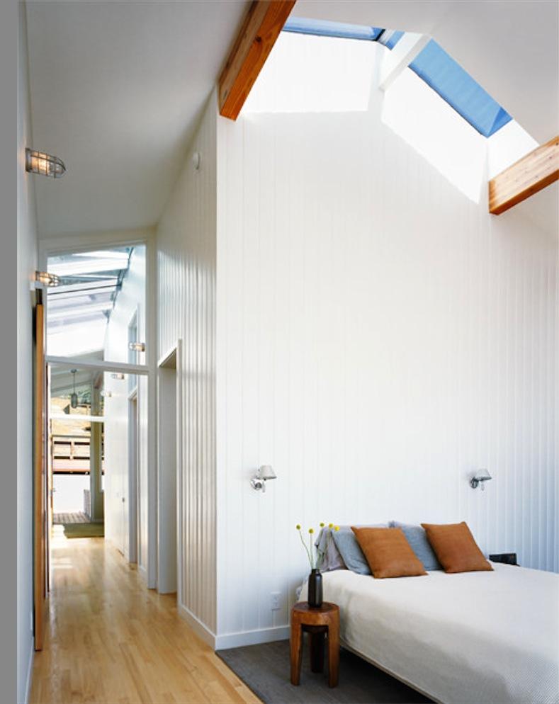 全開口のベランダのあるサンフランシスコの高台の上のベッドルーム