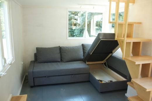 ロフト下のリビングに置かれたソファベッドの下の収納スペース