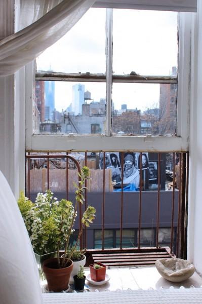 明るく開放的なワンルーム的な部屋のベッドサイドの可愛らしい上げ下げ窓2