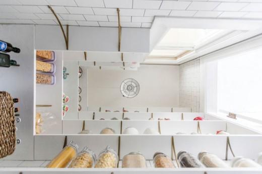 DIYでリノベーションしたサブウェイタイル貼りのパントリーの床から天井を見上げる