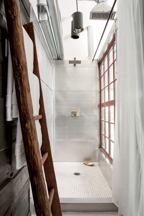 タイルとアルミと格子入りガラス窓を使った細長いバスルーム