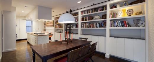 ダイニングエリアの脇の壁は一面造作の本棚と収納棚