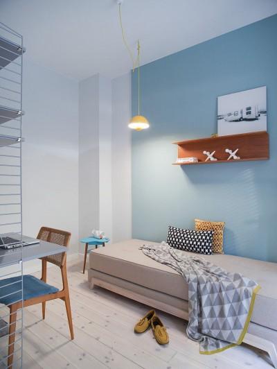 シンプルなハンギングランプが1つぶら下がるベッドルーム