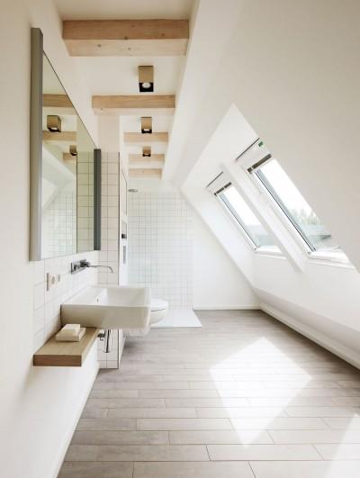 天窓のある明るく開放的なリノベーションハウスのバスルーム