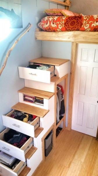 ロフトベッドに上がるための収納付き階段2