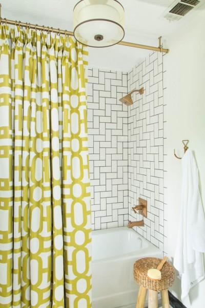 DIYでリノベーションしたゴールドとサブウェイタイルのバスルーム