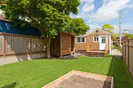 芝生の裏庭のあるコンパクトな平屋の一戸建て