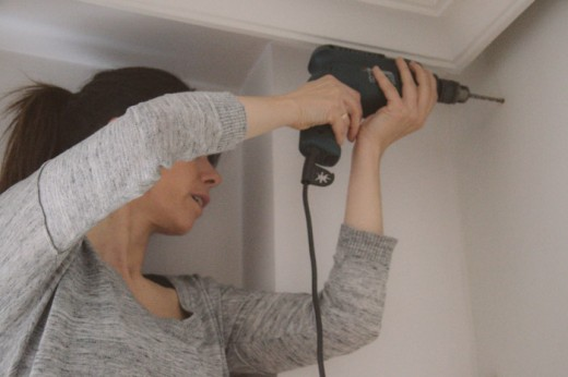 DIYで板を打ち付けるための桟木用の穴を壁にドリルで開ける