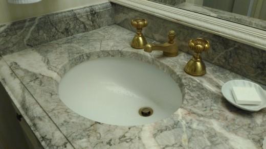 サンディエゴの老舗ホテル The Westgate hotelのゲストルームで見つけた深めのつくりの洗面ボウル サイドから